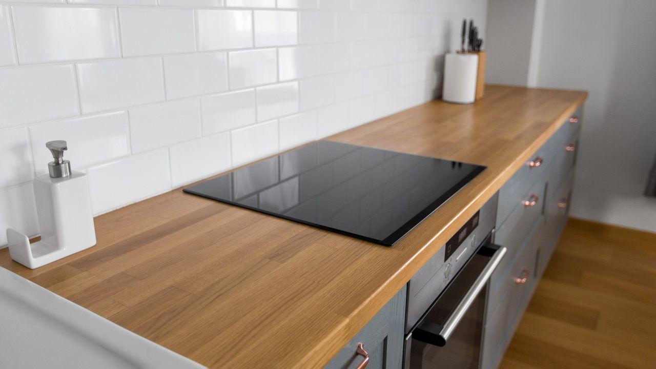 Balcão de madeira com cooktop de indução instalado em cima