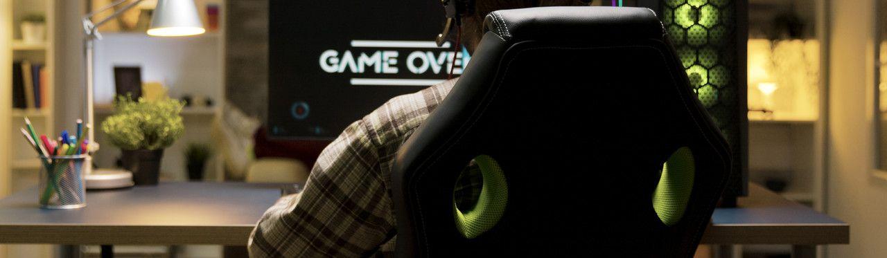 Homem jogando em uma cadeira gamer Mymax