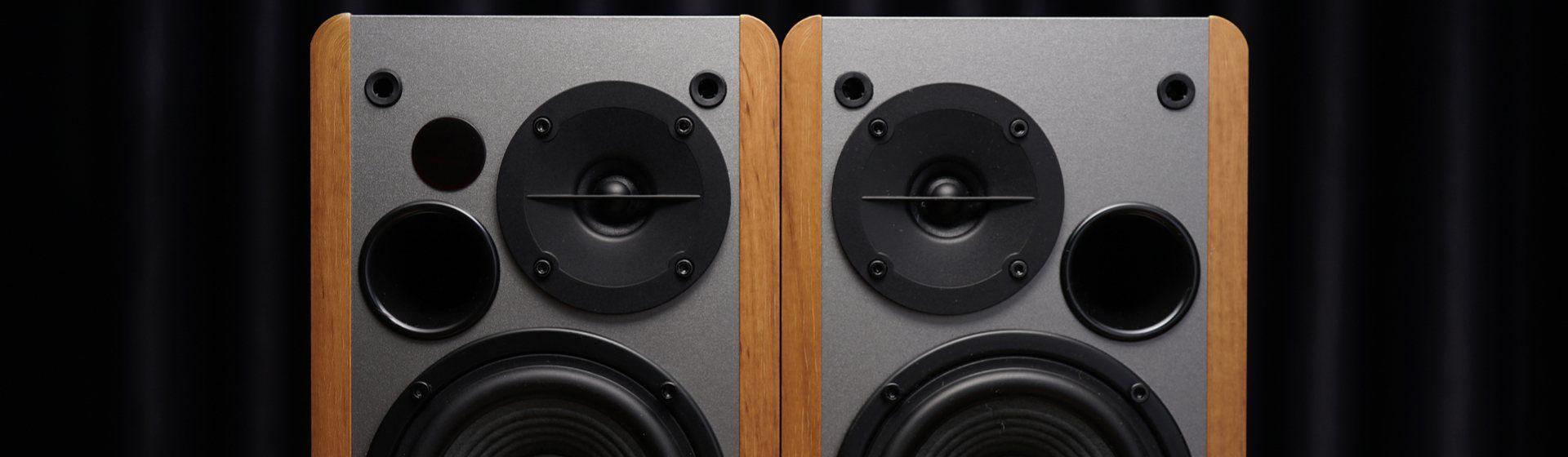 Caixa de som Edifier em cima de uma mesa