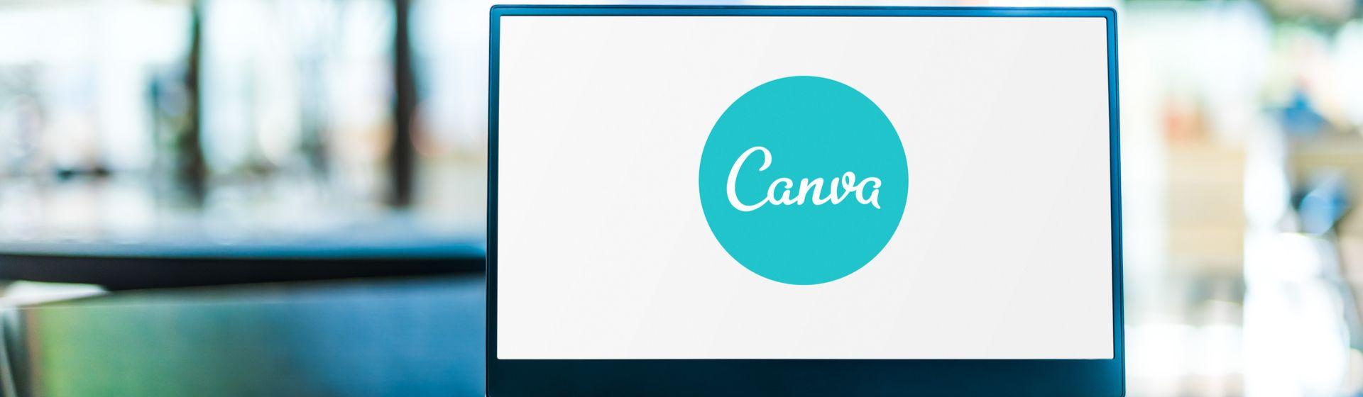 Logo do Canva sendo exibida na tela de um notebook com fundo desfocado