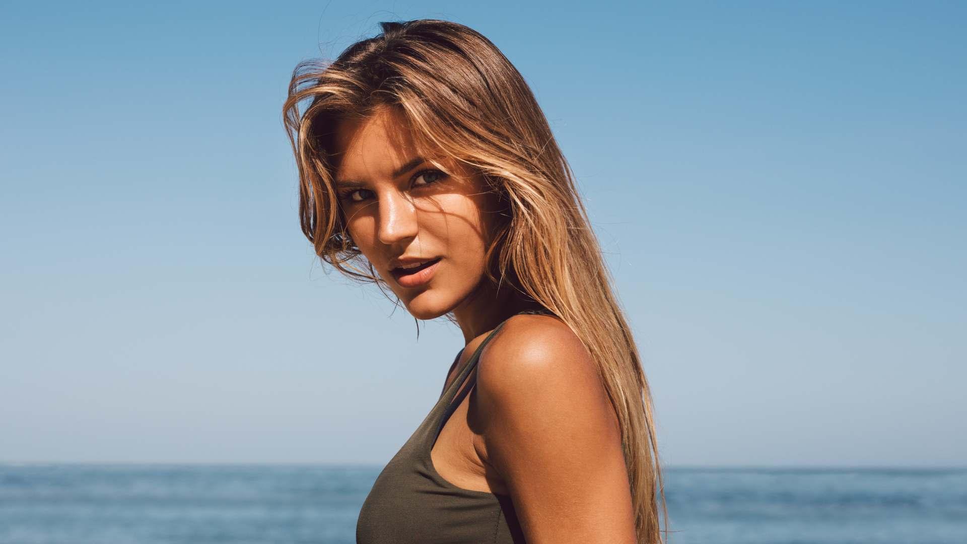 Mulher com cabelos claros na praia