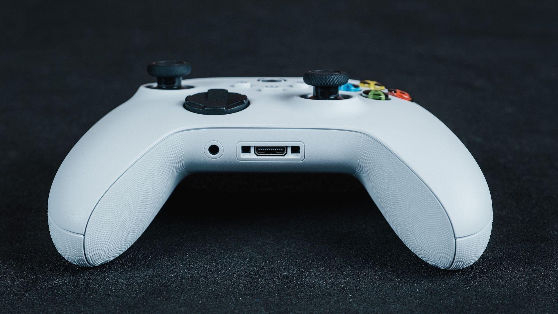 As conexões na parte de baixo do controle Xbox Series X | S (Foto: Mosaico)