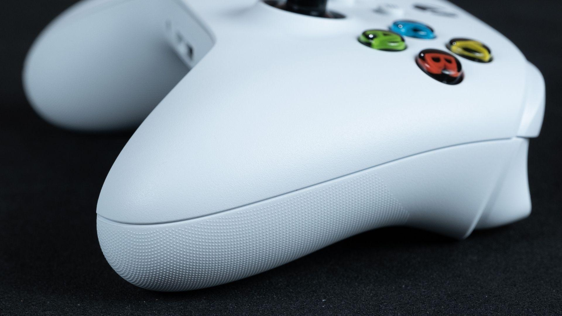 Foto em close do controle xbox series x/s mostrando a textura na parte de baixo