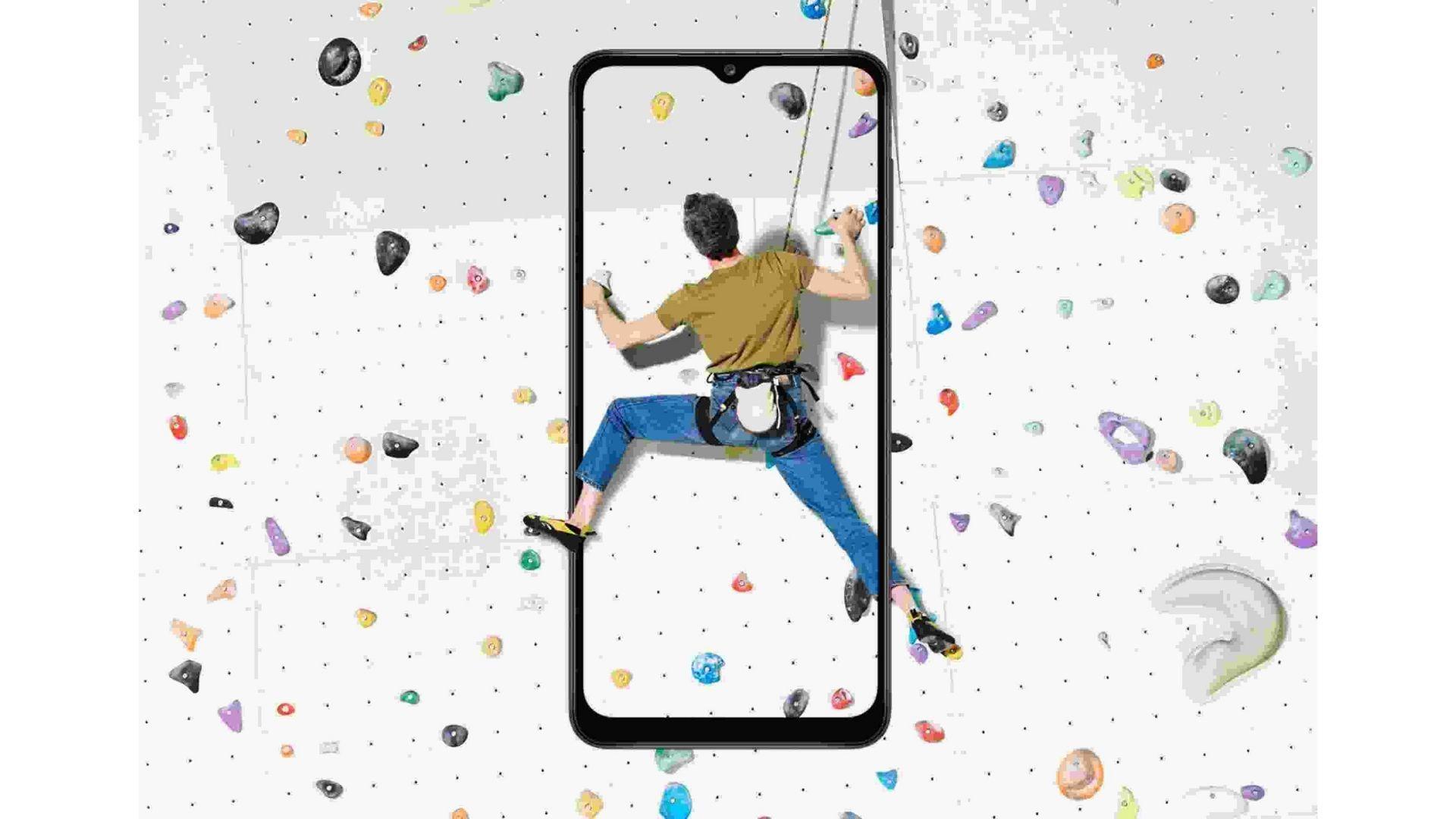 Arte que simula uma pessoa em escalada saindo de dentro de um Galaxy A12