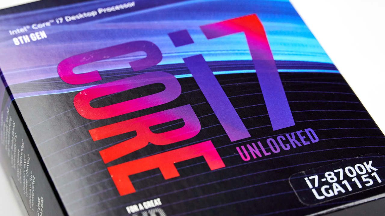 Caixa do processador Intel Core i7 8700K com detalhes em azul, preto, roxo e vermelho.