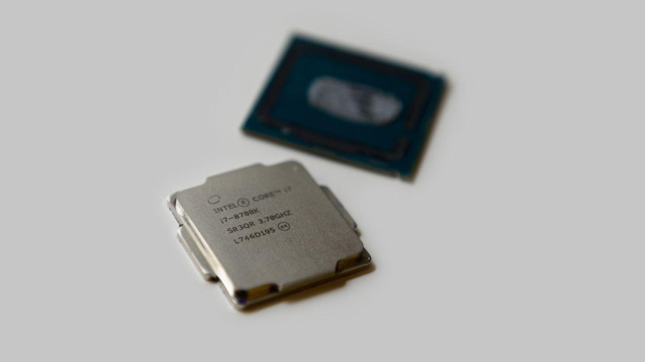 Processador Intel Core i7 8700K sob fundo cinza