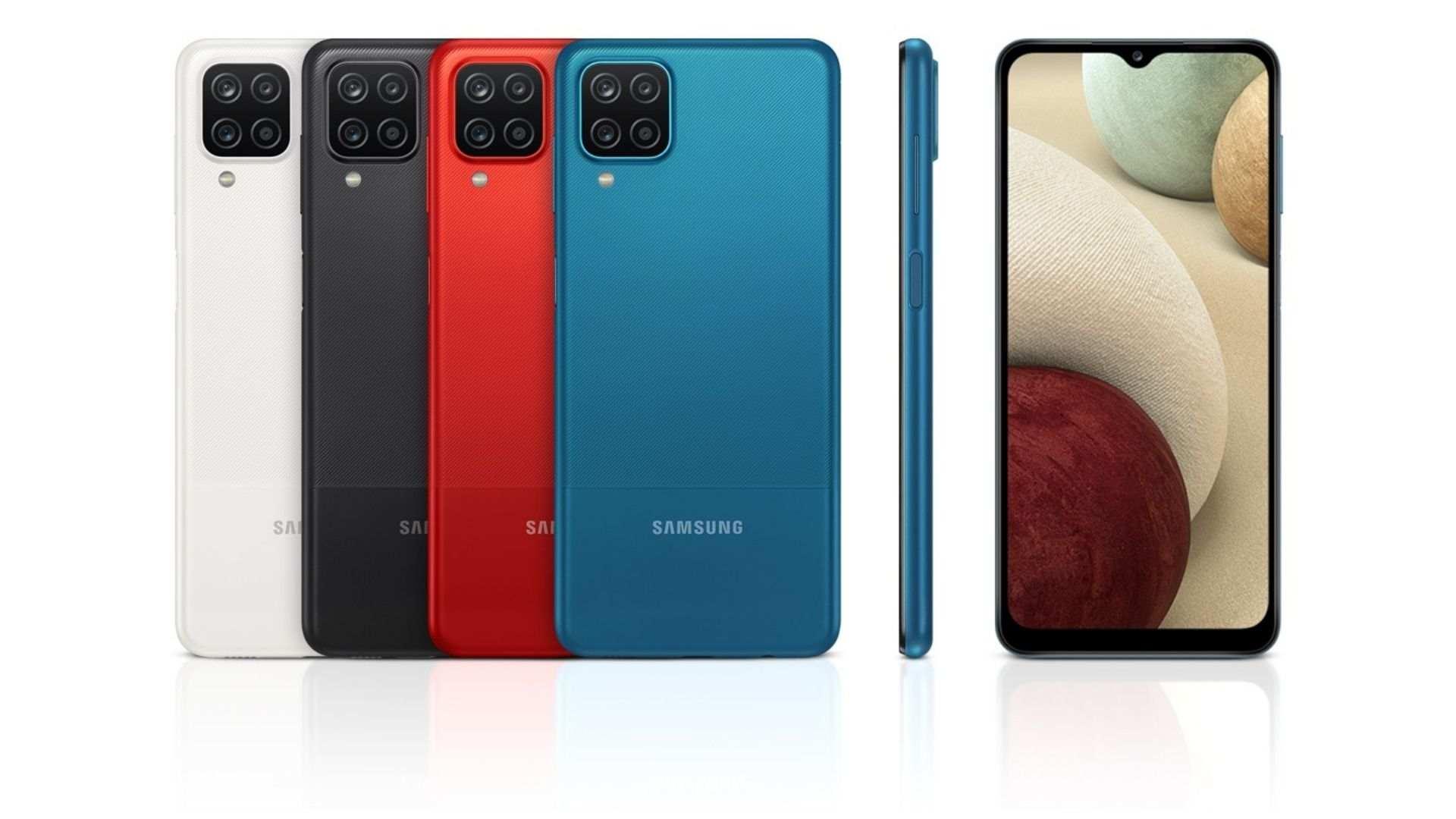 Quatro celulares Galaxy A12, um branco, um preto, um vermelho e um azul, com traseira em destaque ao lado de um outro aparelho de lado e um de frente