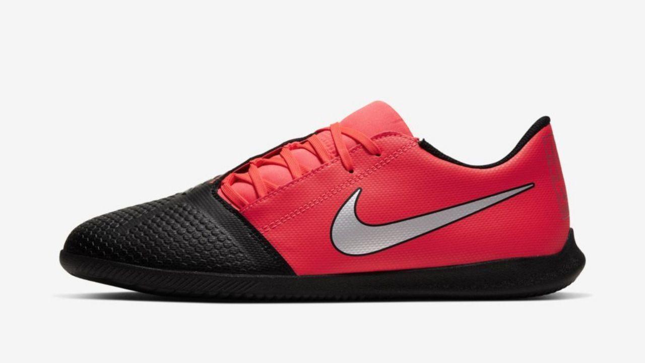 A chuteira Nike Phantom GT é bicolor. Sendo a ponta da chureita preta e o calcanhar vermelho. Sob uma superfície branca, a chuteira tem o símbolo da Nike é cinza com contorno prata.