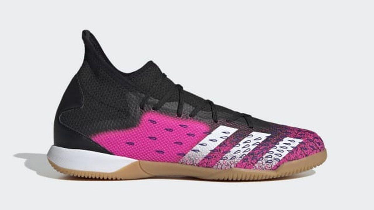 Chuteira Futsal Adidas Predator Freak 21.3 IC Adulto nas cores rosa, preto e branco com detalhes em formato de gota azul nas laterais