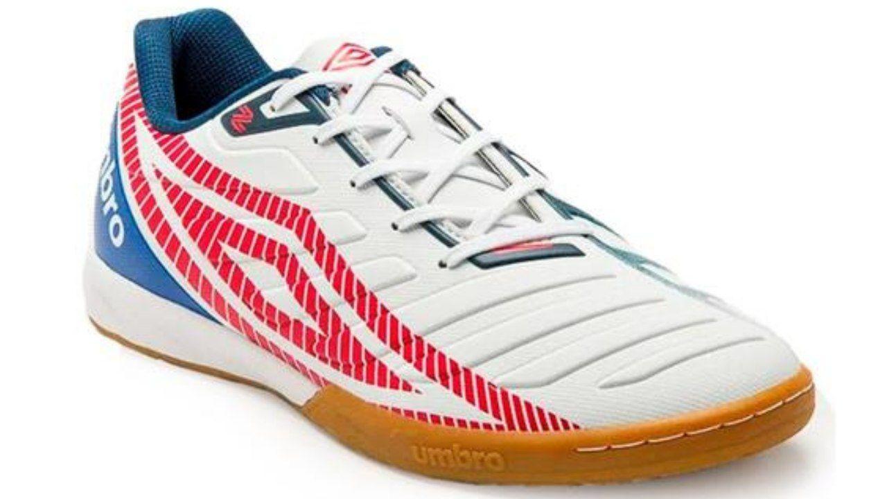 Chuteira Futsal Umbro Sala Z IC Adulto branca com detalhes em azul e vermelho, num fundo branco