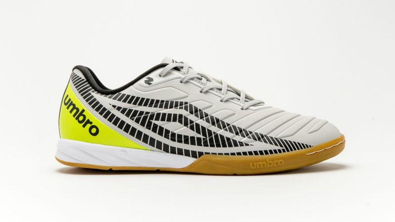 Chuteira Futsal Umbro Sala Z Club IC Adulto branca com o símbolo da umbro em preto e detalhe amarelo no calcanhar
