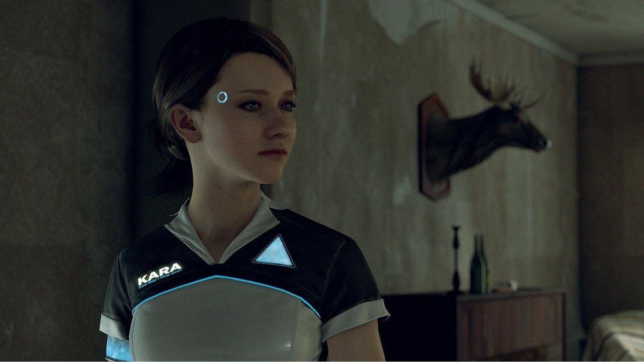 Cena de Detroit Become Human em que a androide Kara, que se assemelha a uma mulher branca de olhos claros, olhando para a direita