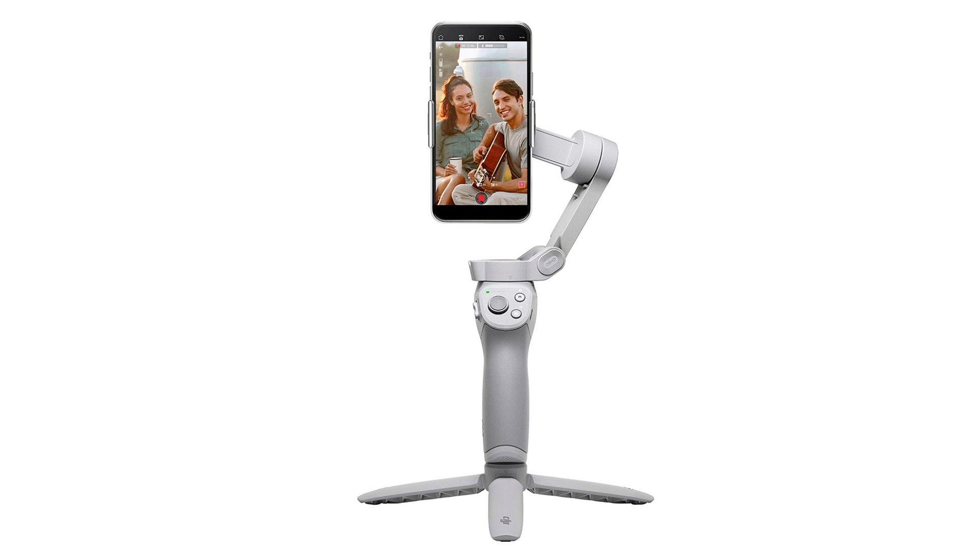 Foto do estabilizador de celular DJI OM 4 com um celular