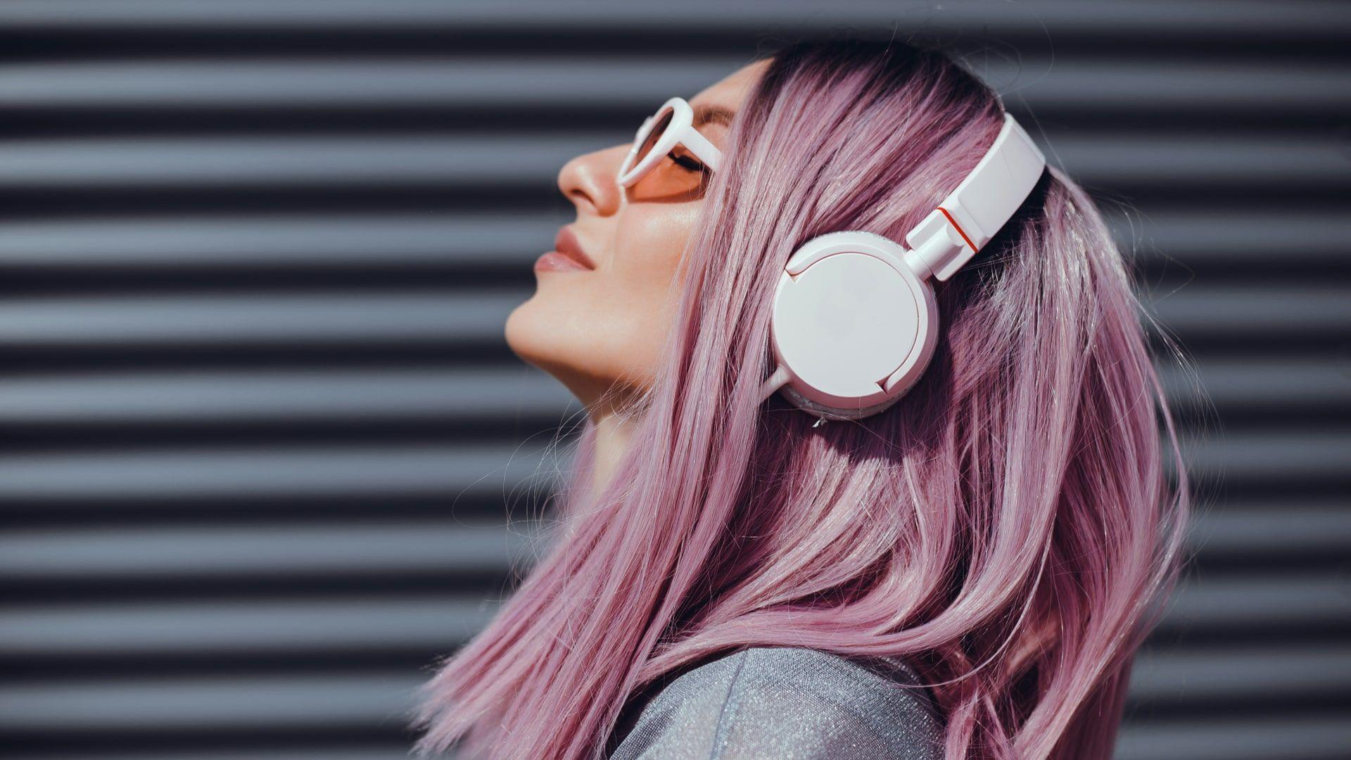 Mulher de perfil usando fone de ouvido no estilo headphone