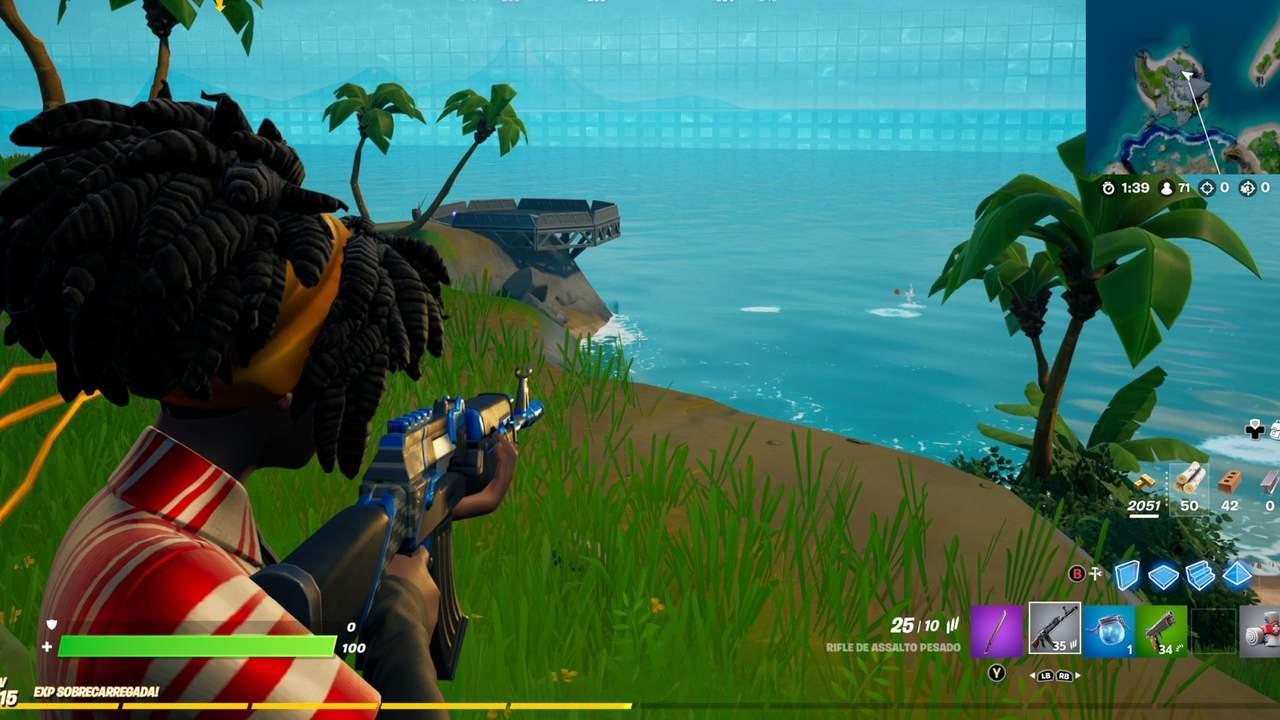 Captura de tela do Fortnite com personagem segurando arma