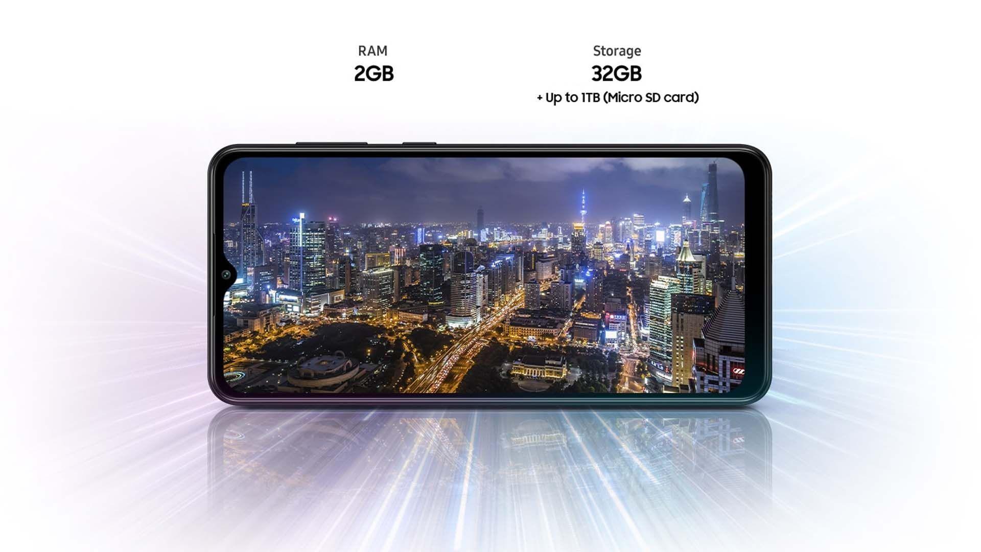 Galaxy A02 deitado com a tela mostrando a foto de uma cidade à noite