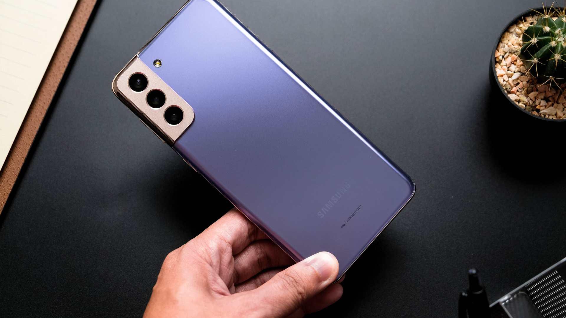 Mão segurando o Samsung Galaxy S21, um dos melhores celulares Android de 2021