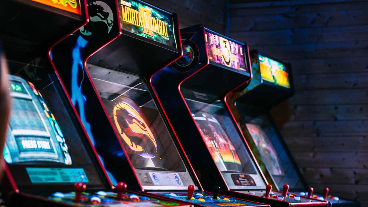 Máquinas de arcade enfileiradas uma do lado da outra em uma loja