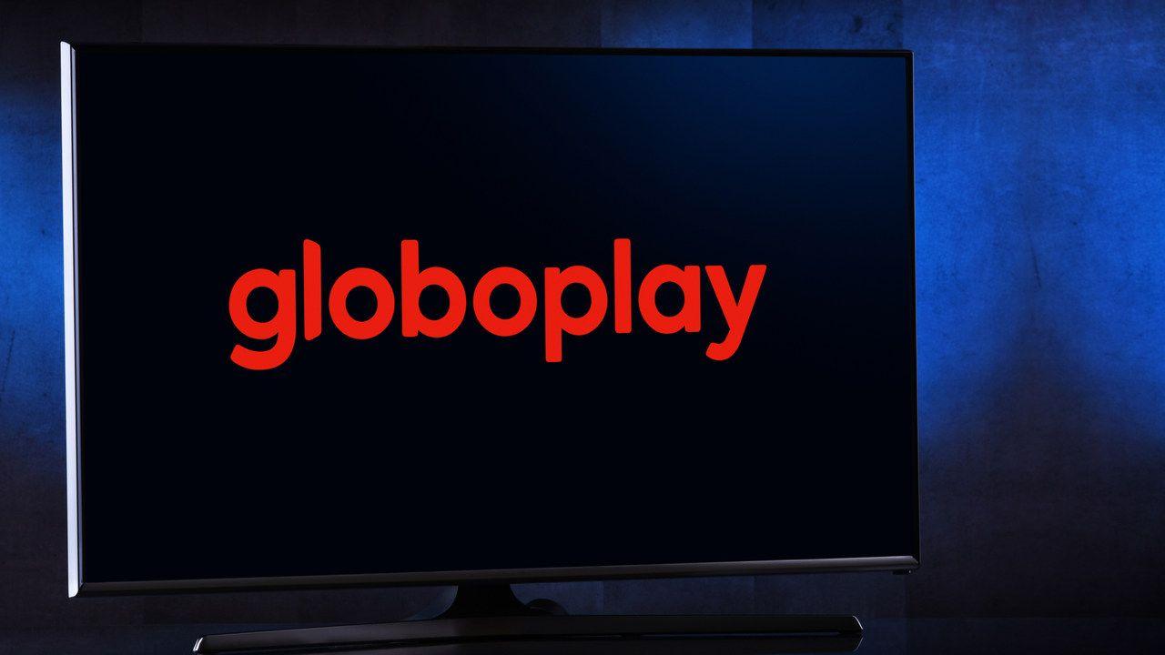 Logo do Globoplay em fundo preto aberto na tela de uma televisão