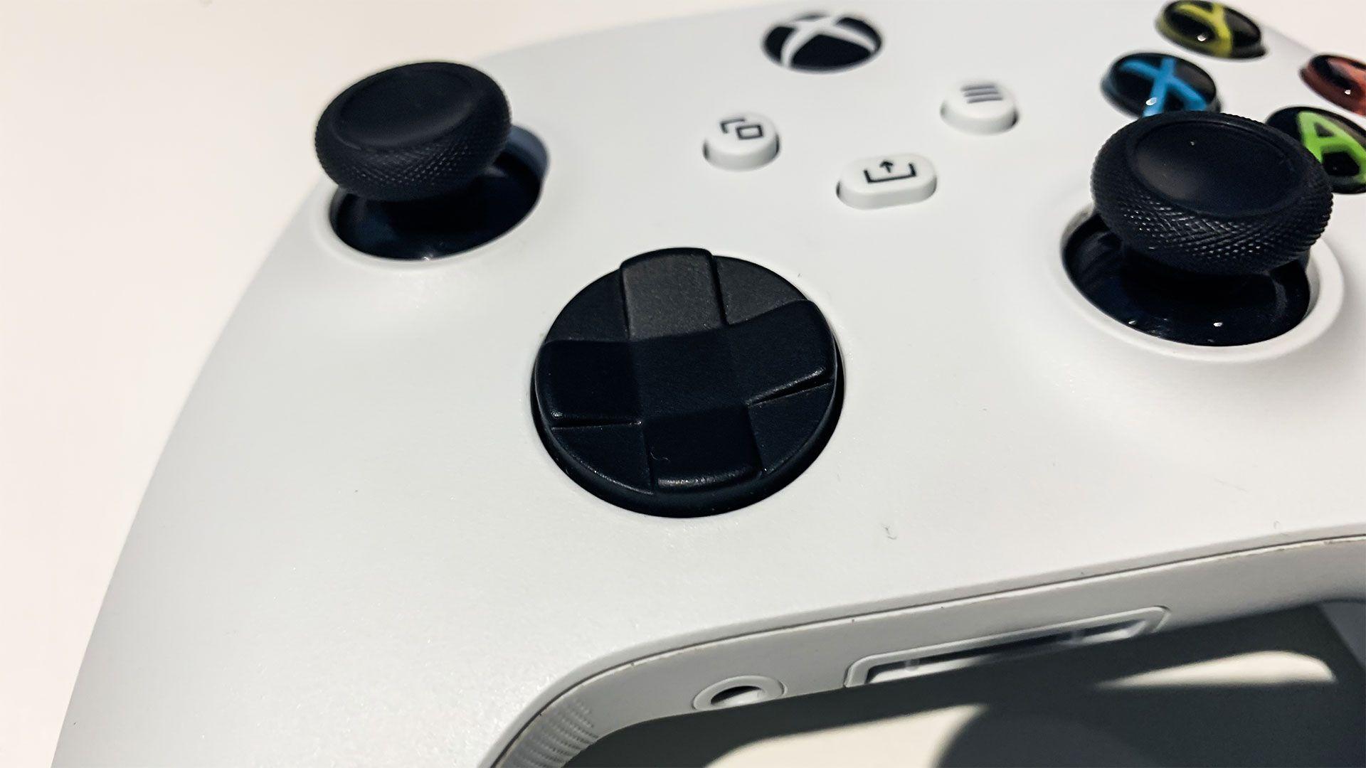 Foto em close do controle xbox series x/s mostrando d-pad
