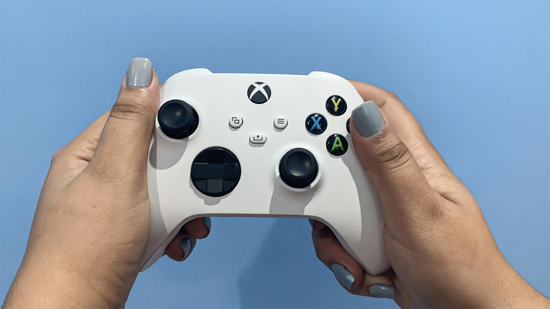Duas mãos segurando o controle do Xbox Series X/S