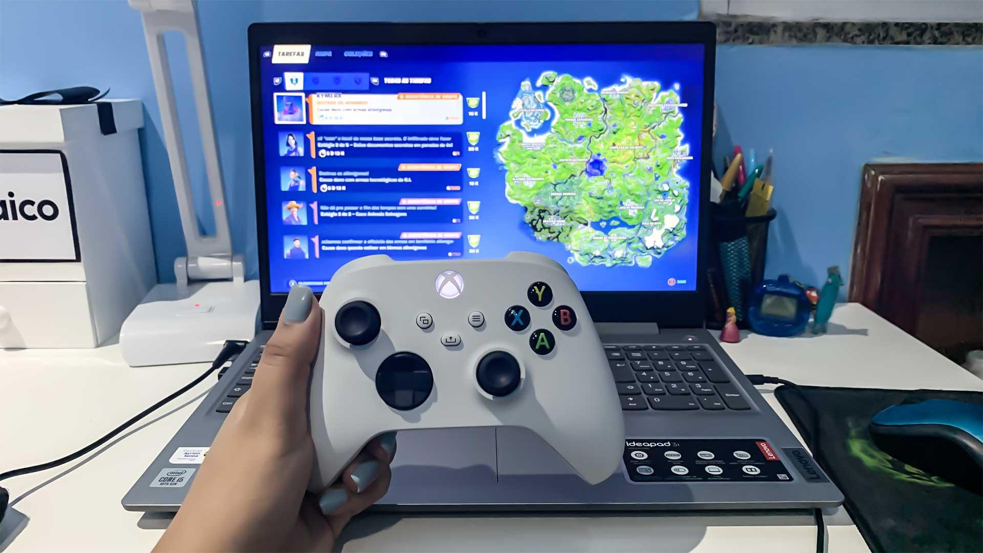 Controle xbox series x/s em frente a notebook