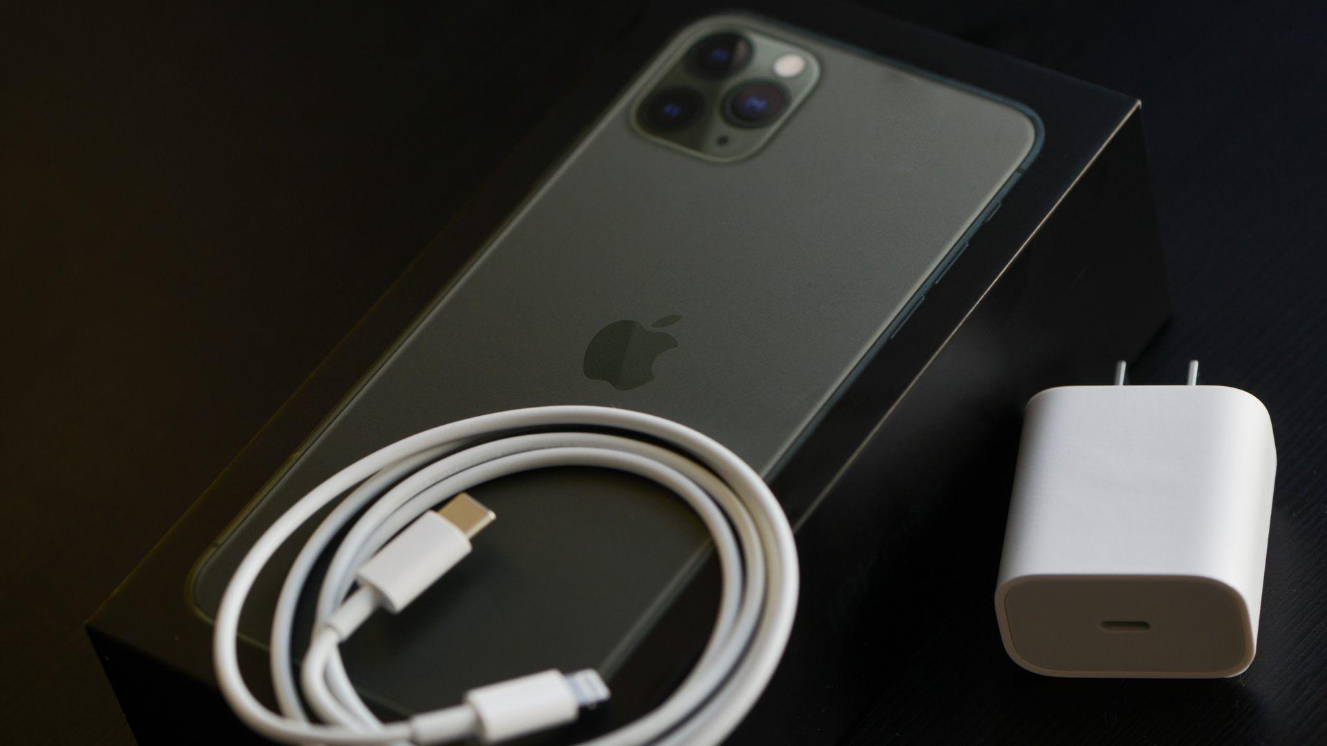 Imagem do iPhone 11 Pro Max com seu cabo USB e carregador