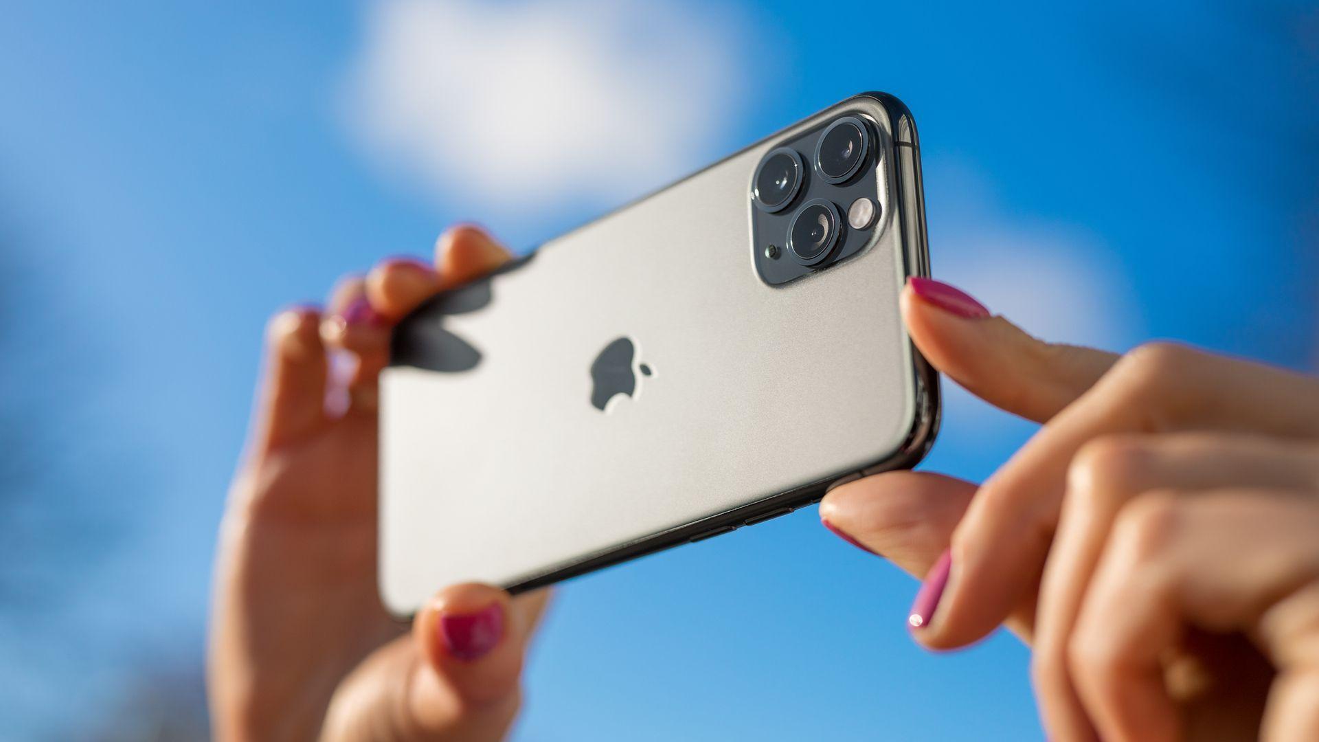 Foto de uma pessoa usando o iPhone 11 Pro Max para tirar fotos