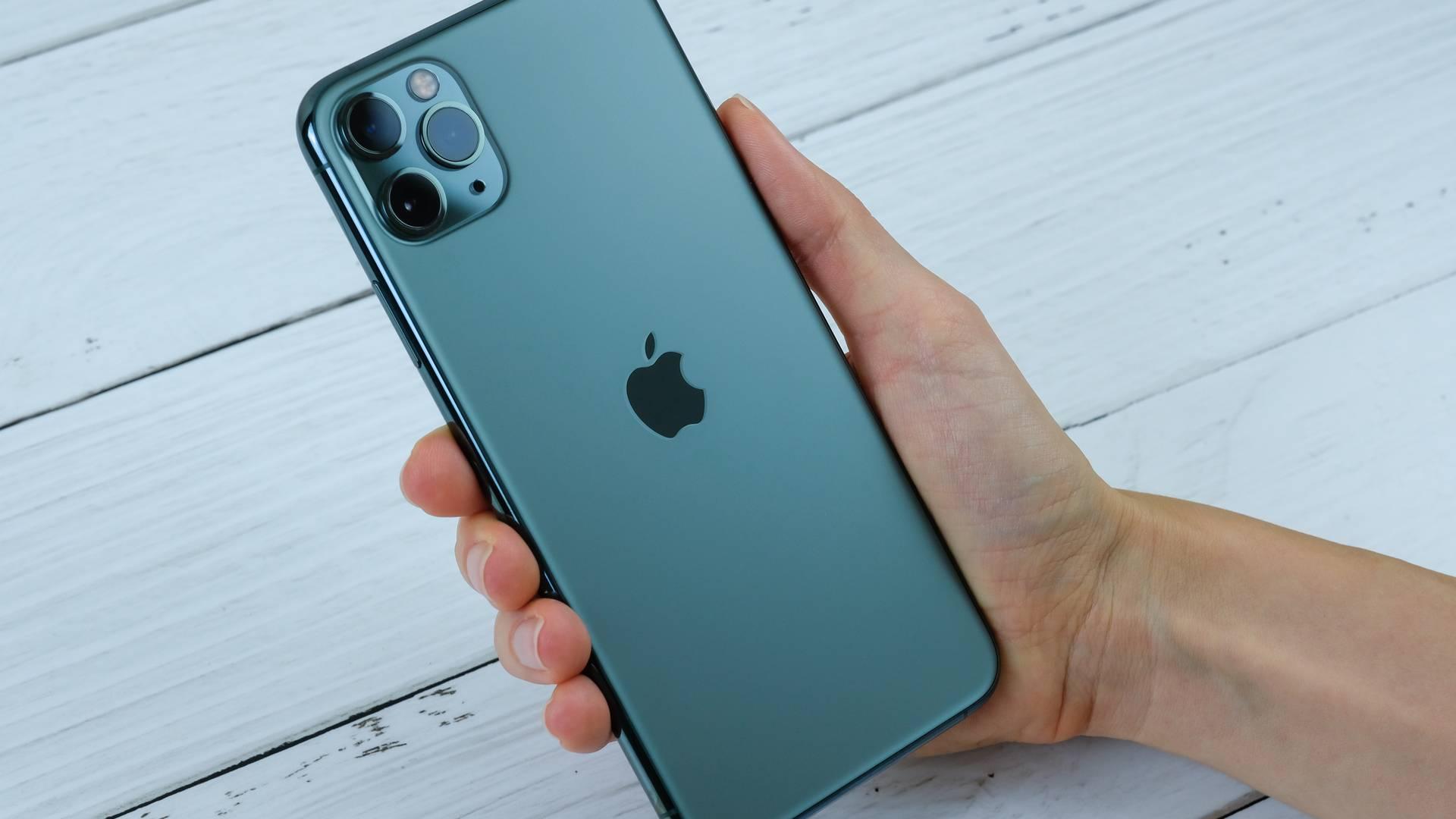Foto de uma mão segurando o iPhone 11 Pro Max
