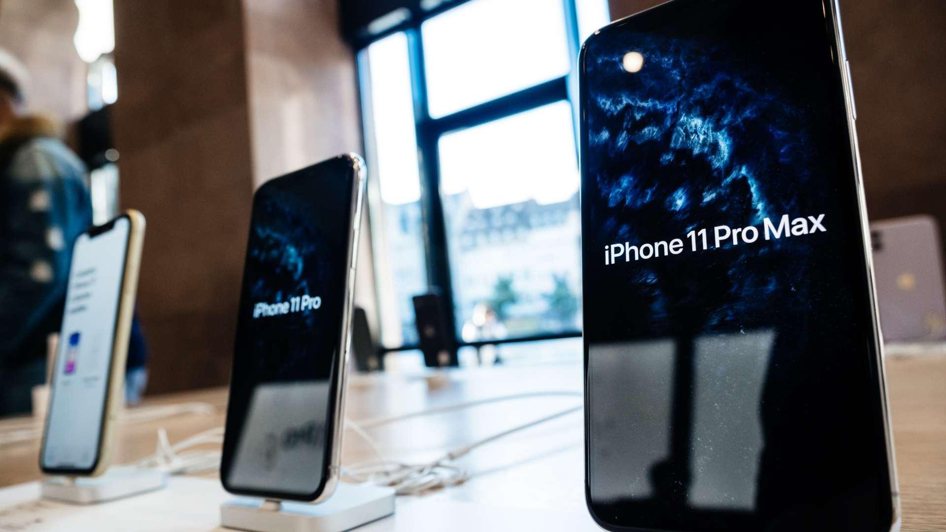 iPhone 11 Pro MAx sendo exibido em um painel de vendas