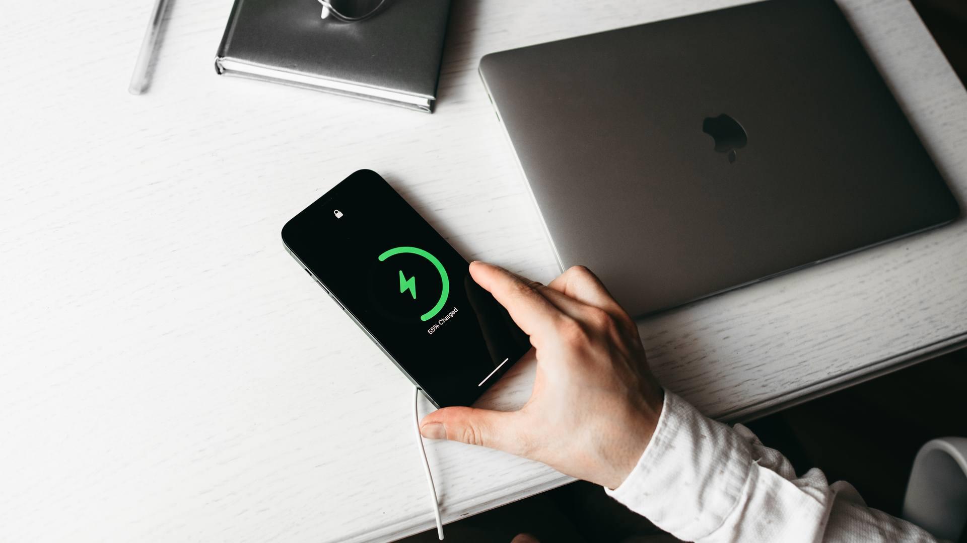 iPhone carregando em cima de uma mesa