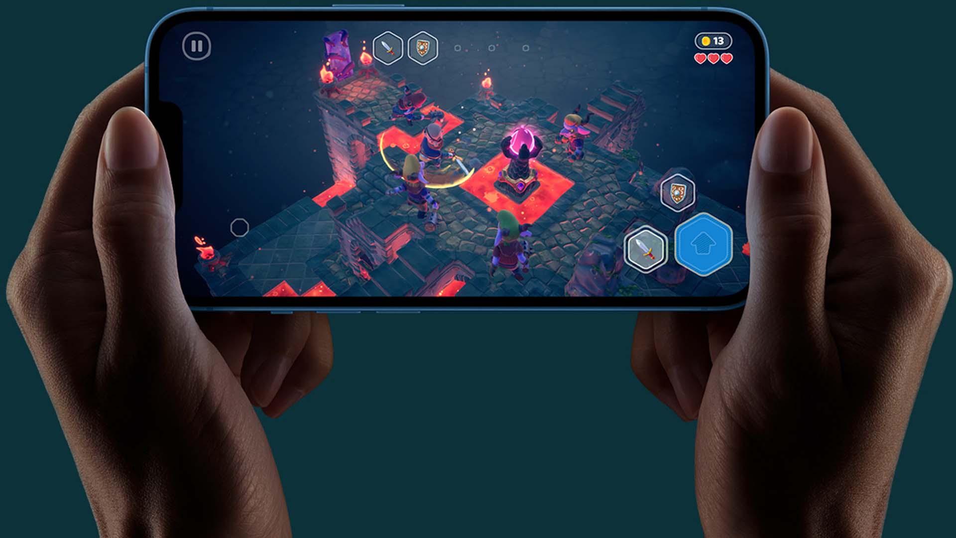 Imagem de um iPhone 13 Mini com um jogo em execução.