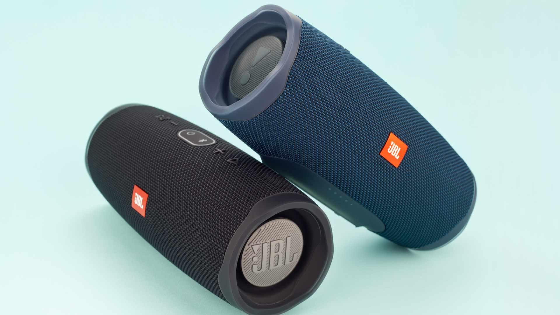 Imagem de duas caixas de som JBL Charge 4, uma preta e outra azul
