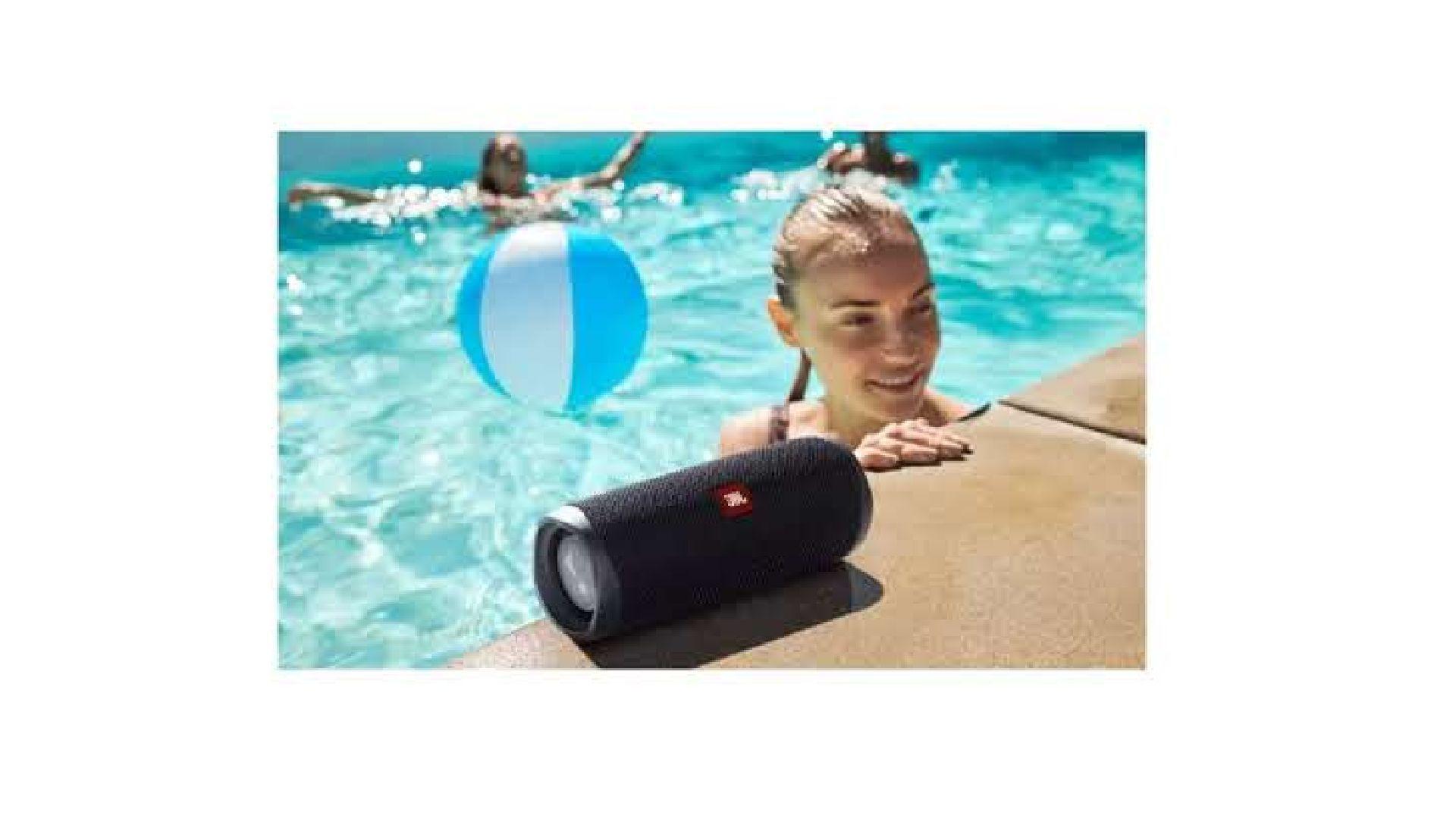 Mulher em piscina escutando música na JBL Flip 5