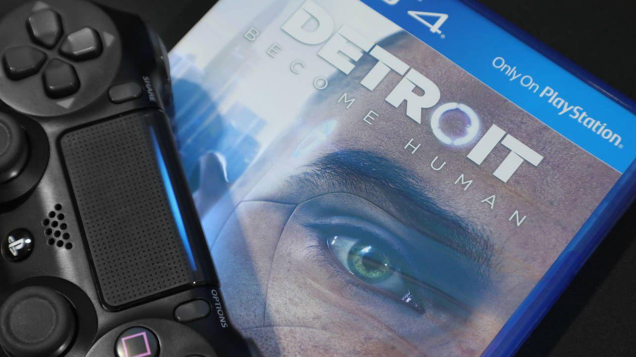 Caixa do jogo Detroit Become Human para PS4 com um controle de PlayStation em cima