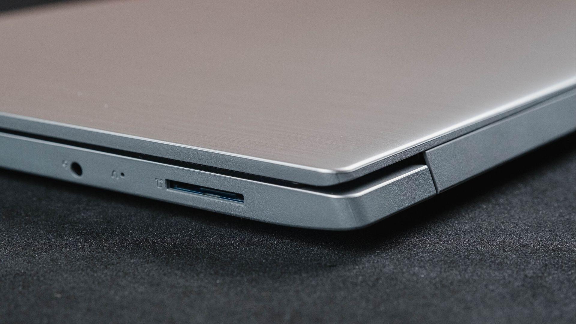 Lateral esquerda do Lenovo IdeaPad 3i com porta SD e para fone de ouvido