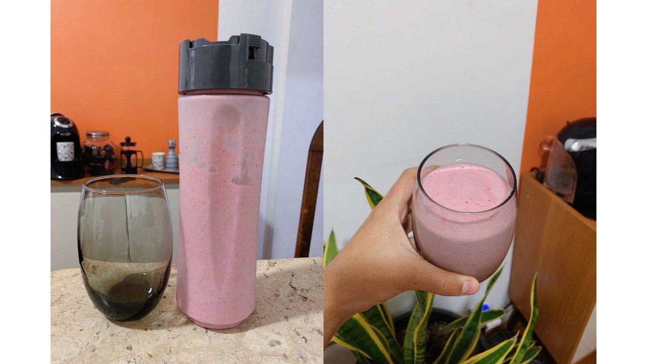 Duas fotos lado a lado. Na primeira, o copo do liquidificador está apoiado na mesa com o smoothie de morango no interior e um copo ao lado. Na segunda, uma mão segura um copo mostrando o resultado da vitamina