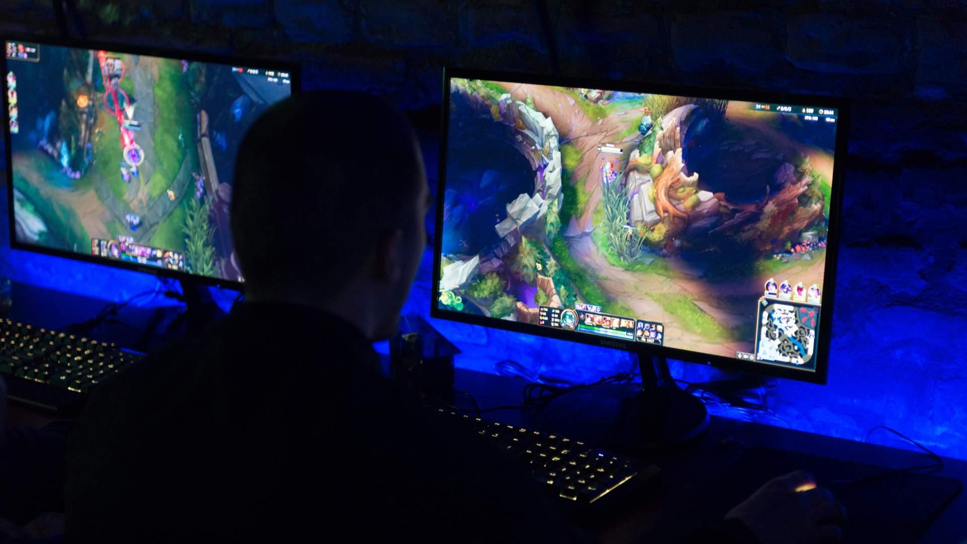 Jogador de frente para tela jogando League of Legends