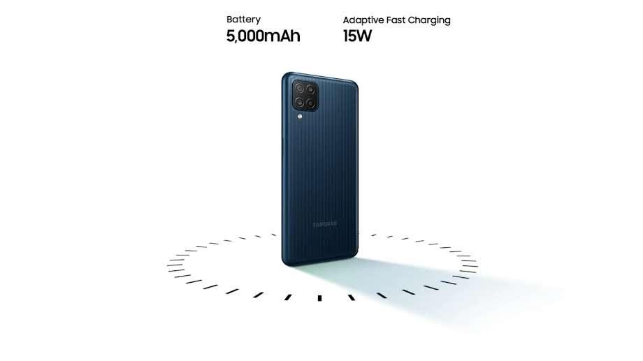 Traseira do Galaxy M12 com especificações da bateria