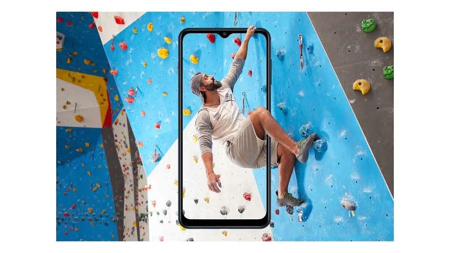 Homem saindo da tala do Galaxy M12 em parede de escalada