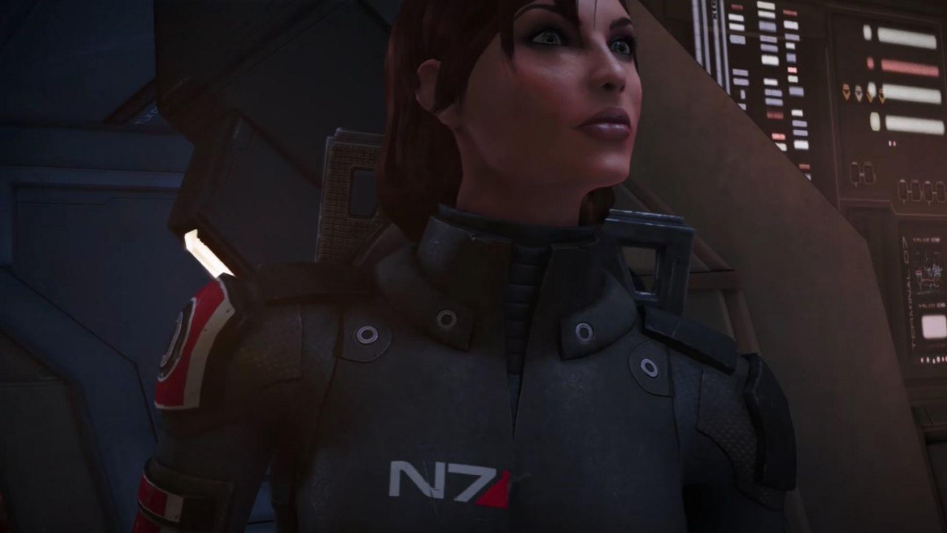Cena de Mass Effect com versão feminina de Comandante Shepard olhando para a direita da tela