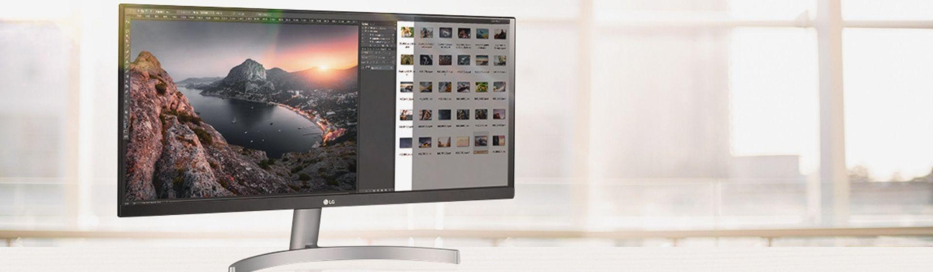 Monitor ultrawide 29 polegadas sobre uma mesa