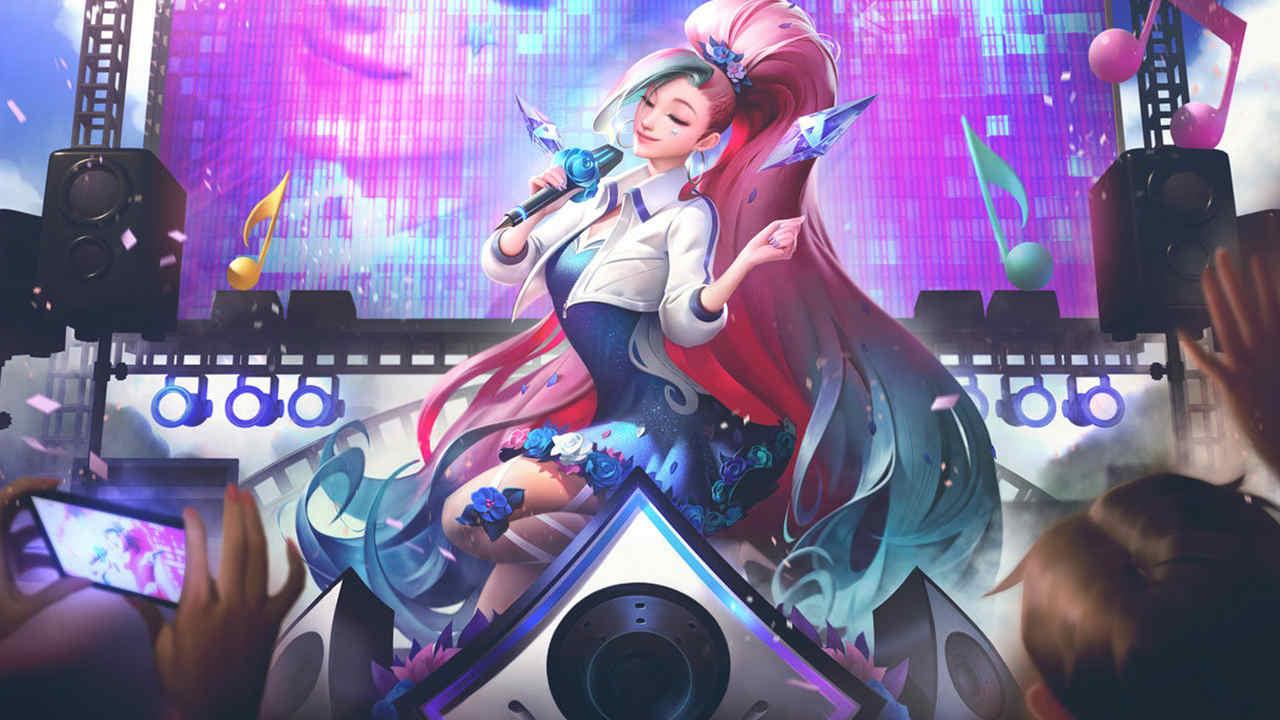 LoL skin Seraphine cantando em um palco para o público