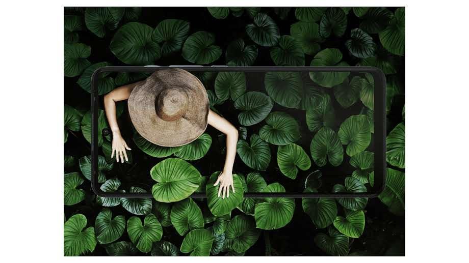 Tela do Moto G60 com imagem de mulher em vegetação com fundo da mesma vegetação