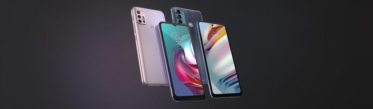 Quatro celulares em um fundo preto, sendo dois Moto G30 e dois Moto G60