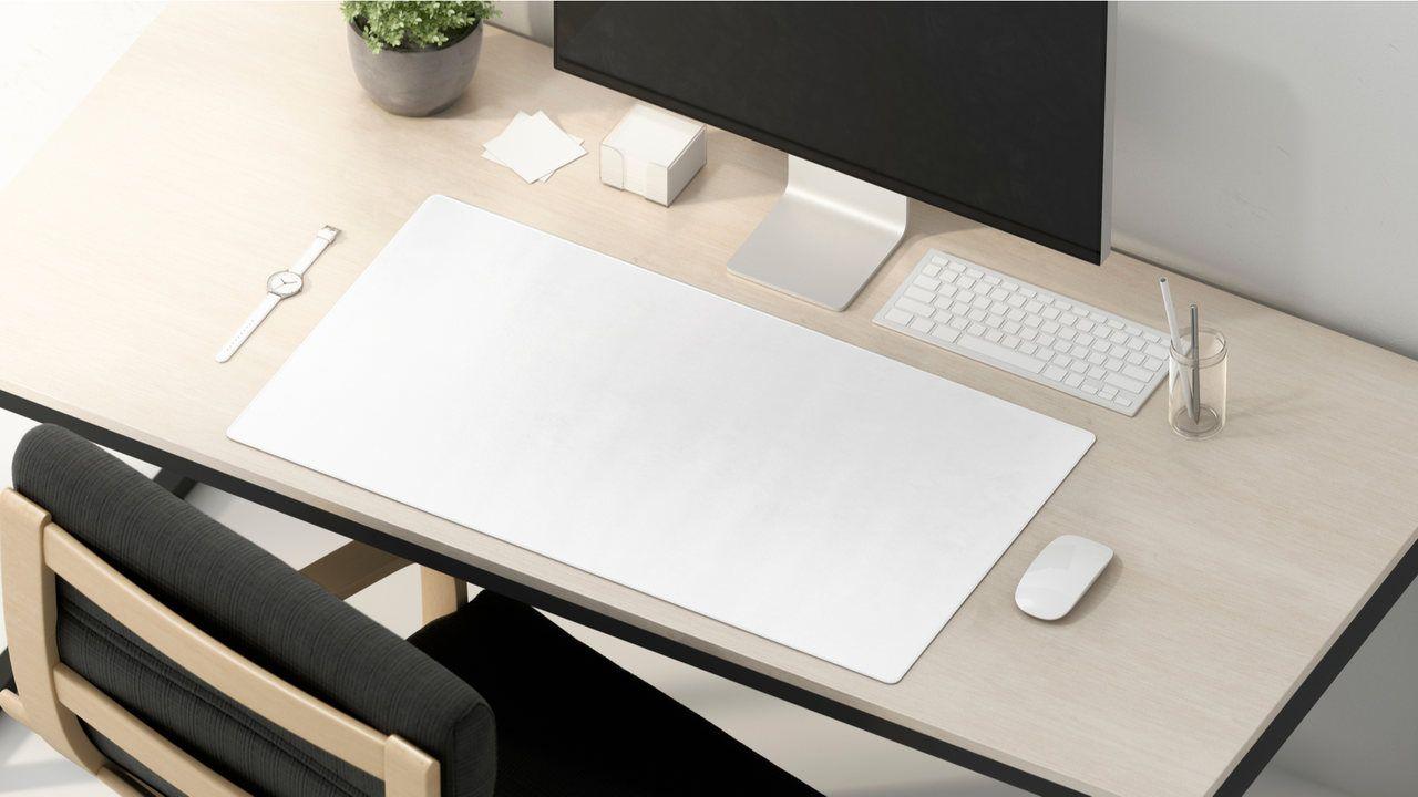 Mouse pad extra grande, computador, teclado e mouse sobre uma bancada