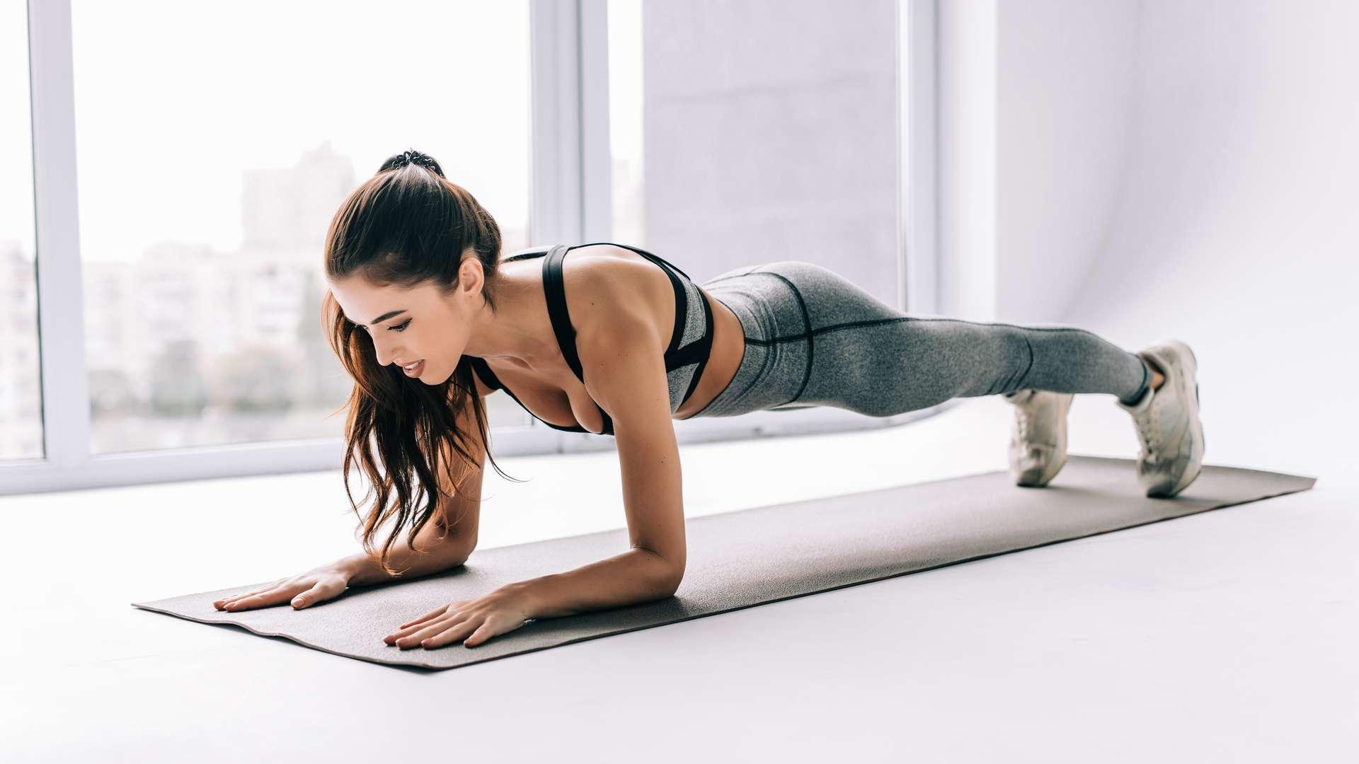 Mulher fazendo exercício de prancha abdominal
