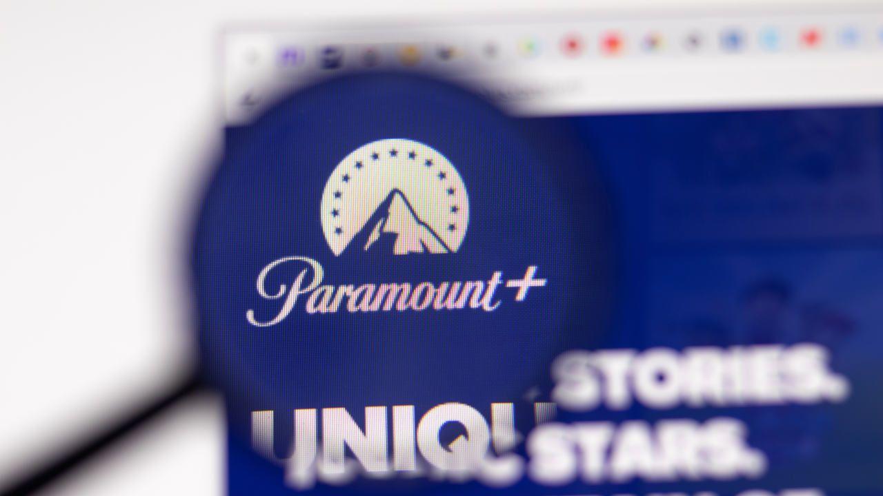 Site da Paramount Plus aberto na tela de um navegador no PC, com uma lupa focando no logo do serviço