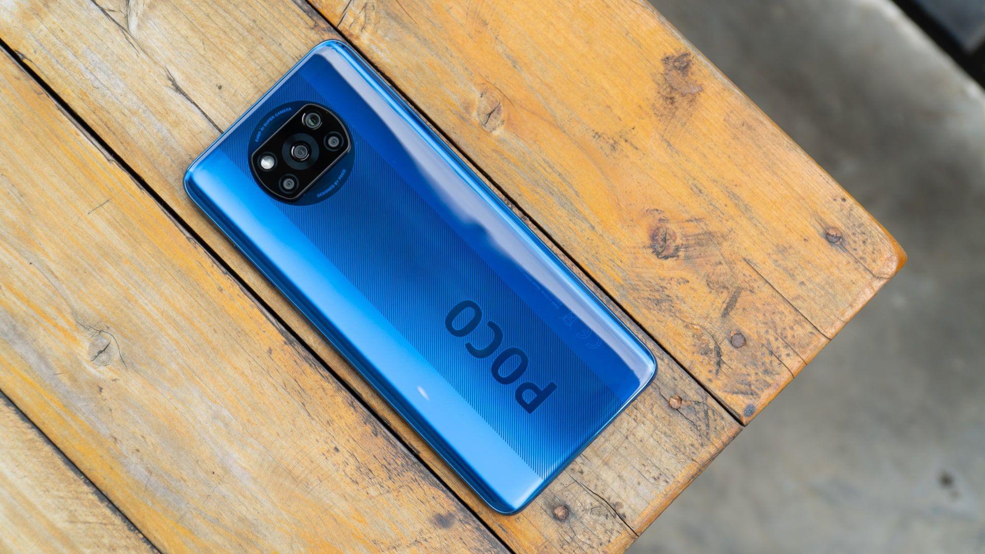 Xiaomi Poco X3 na cor azul em um fundo de madeira