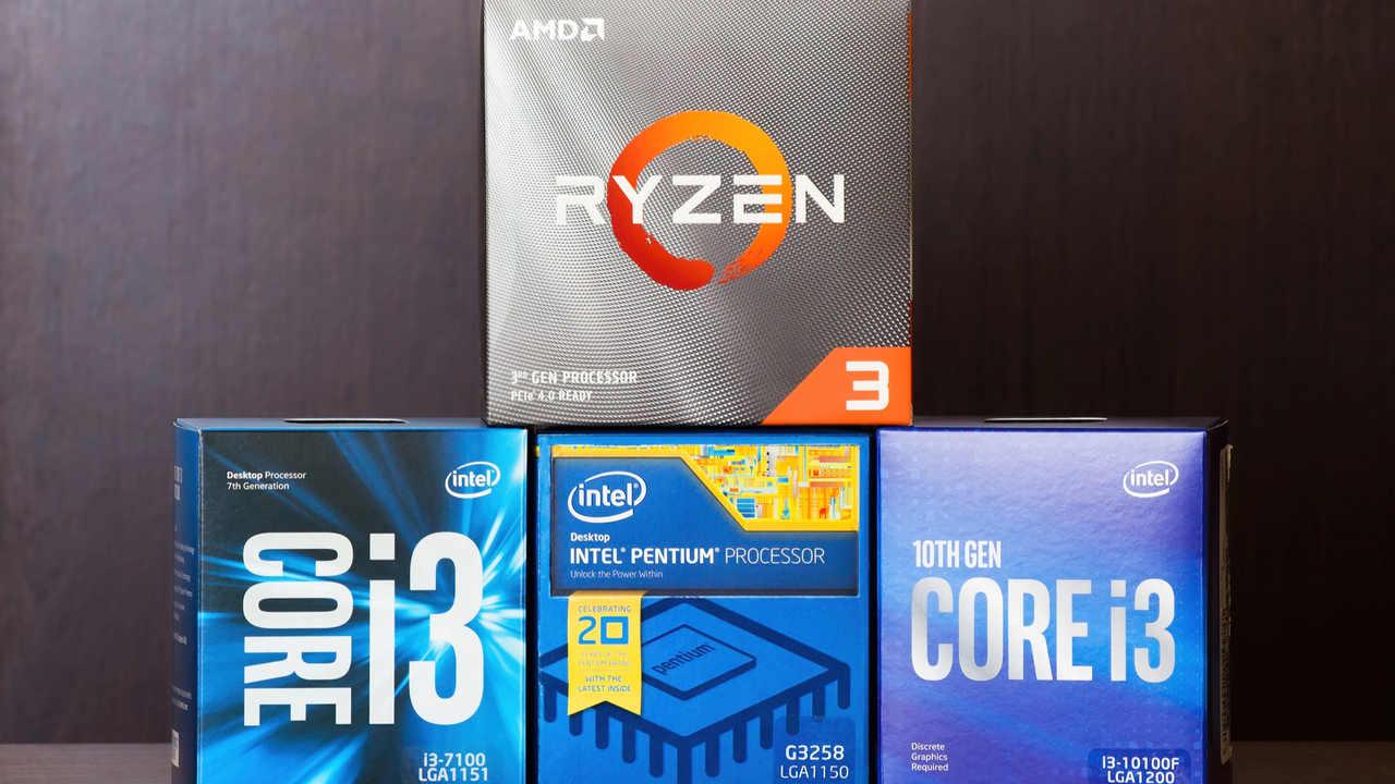 Quatro caixas de processador empilhadas, com três na base da Intel e em cima uma do AMD Ryzen 3